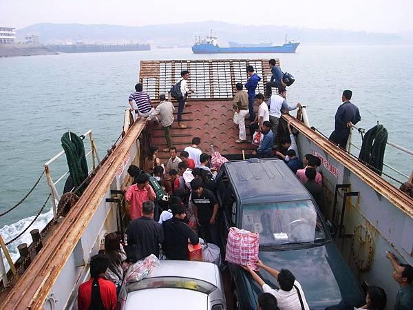 009往南日島的渡輪快要靠岸了,船上的人車開始躁鬱起來.jpg