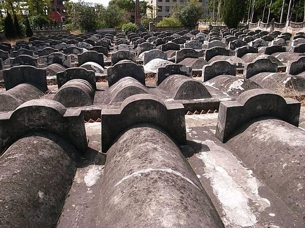 011東山島烈士陵園。面對國共雙方各自的烈士陵墓,經常使我促立良久,陷入沈思.jpg