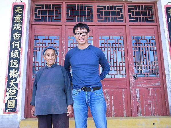 013譚端在大陳島漁師廟前與守廟的9 0歲老婆婆合影,此處是蔣經國執行金剛計劃的所在地,這位婆婆帶譚端去看蔣經國從這裡秘密通往碼頭的秘道.jpg