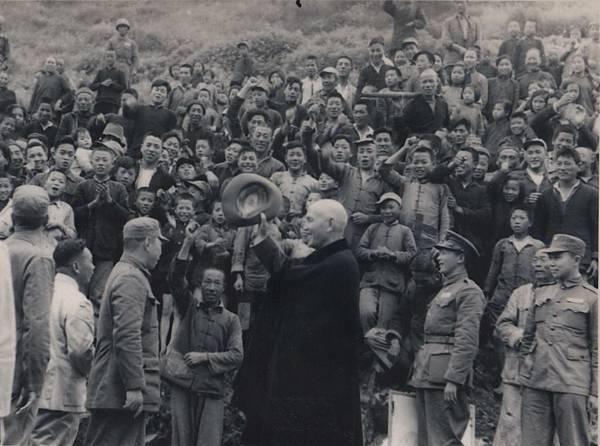 019.19540508總統蔣公蒞臨大陳民眾夾道歡迎.jpg
