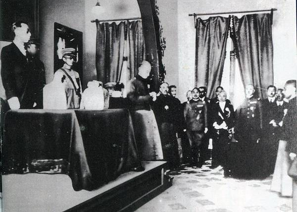01.1932年3月9日,溥儀的滿洲國執政就任典禮。這場式典裡,有著懷有復國志業的溥儀忍辱負重,以及日本少壯派為達成大東亞共榮圈的野心,在兩方各揣心思之下,為滿洲國為期14年的政權揭開序幕