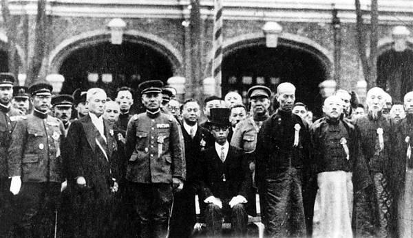 02.溥儀雖為執政,身邊圍繞許多官員,他們聽的卻是日本人的命令