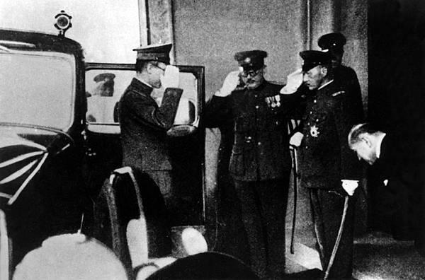 01.溥儀需定期拜訪關東軍司令官,以表忠誠。