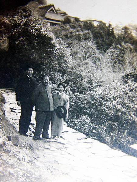 03.出生抗日家族的謝秋涫,承襲了家族的精神,擁有要子女一定學習漢文的執著。(中間為謝秋涫)