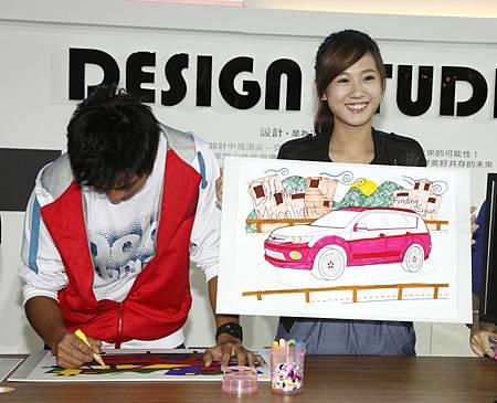 方志友於設計大展中為OUTLANDER創意彩繪.JPG