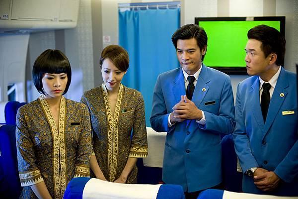 LINDA飾演空姐,身穿馬來西亞與新加坡兩家航空公司元素合併的原創設計制服 (1)