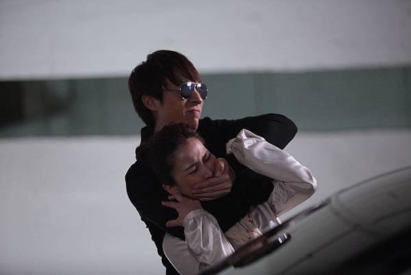 女主角溫嵐被飾演殺手的陳勢安強勒至牆角謀殺