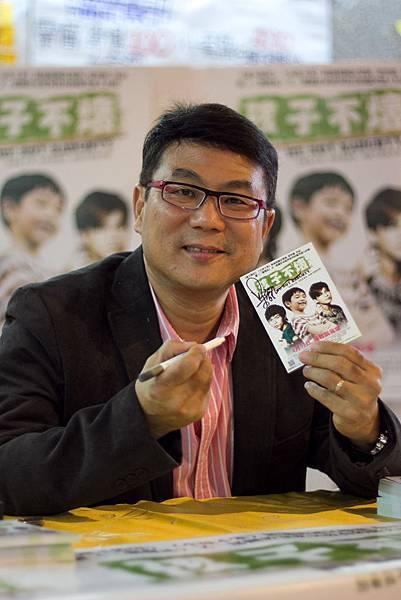 導演梁志強於紫荊影展映後為500位觀眾簽名合照2