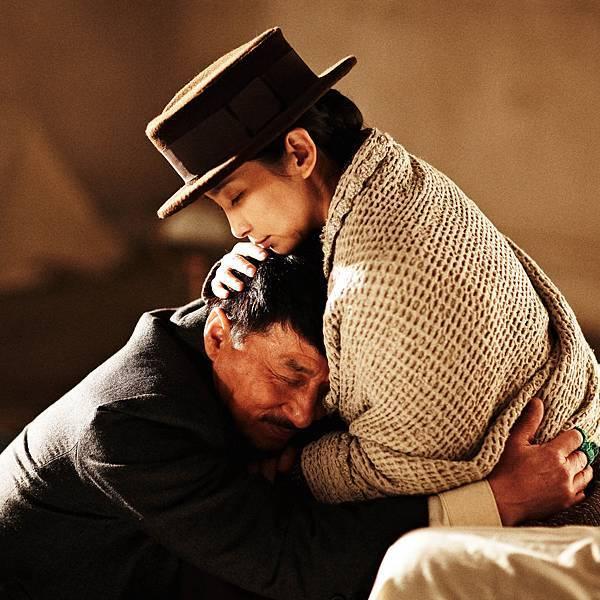 成龍與李冰冰電影中飾演一對戰地情人