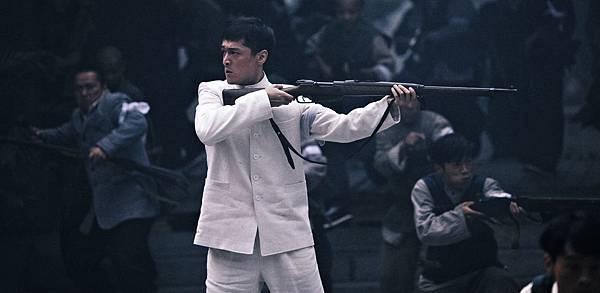 胡歌飾演革命志士林覺民,以一襲白衣奔赴戰場
