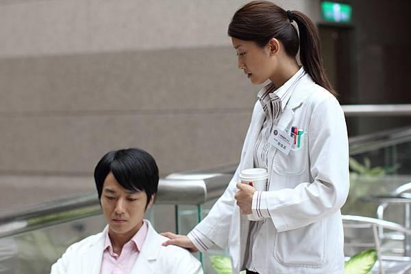 蔭山征彥與朱芷瑩飾演兩位急診室的實習醫生