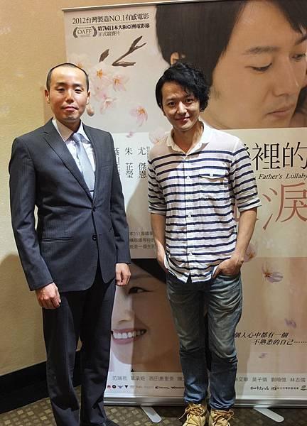 日籍藝人葛西健二盛裝出席觀影,映後與男主角蔭山征彥合影