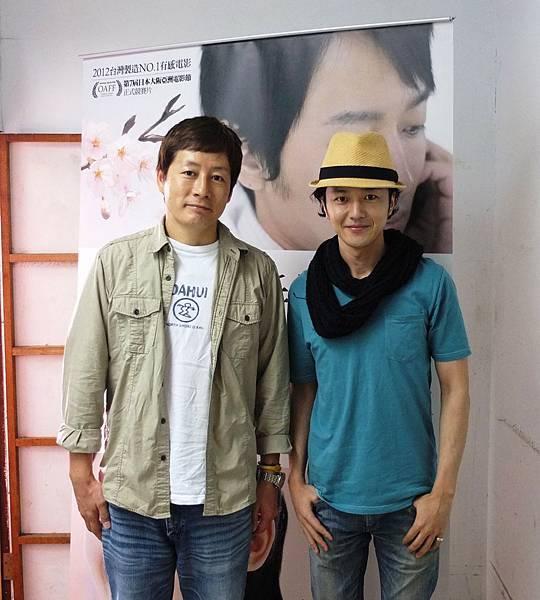 日籍藝人瀨上岡與男主角蔭山征彥於映後合影