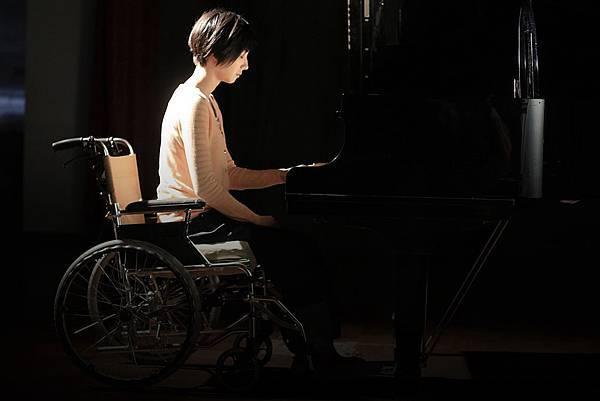 桂綸鎂飾演一位從小有殘疾的鋼琴老師