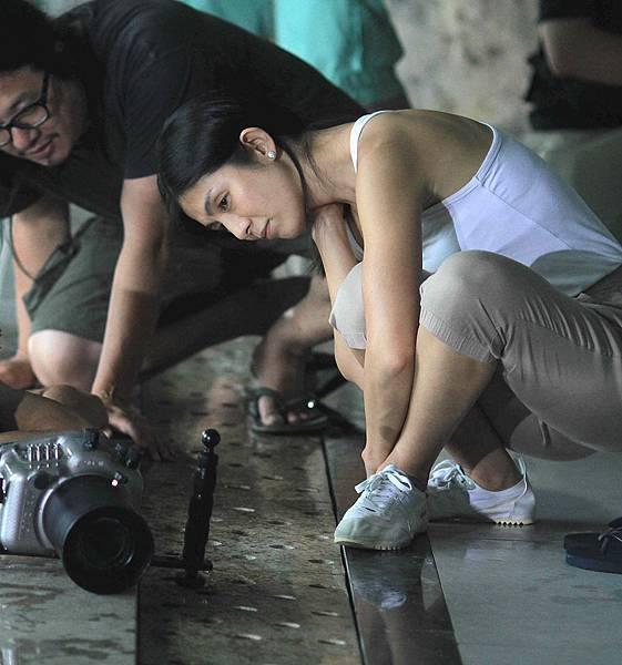 導演楊采妮拍攝聖誕玫瑰工作照,專心執導現場幾乎素顏