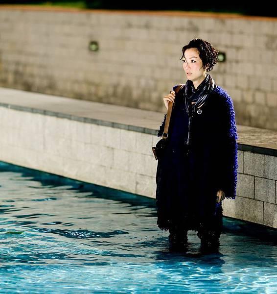 為體會片中失戀女子心情,sammi入戲悲憤擊打水面,表情哀傷,令現場工作人員動容03