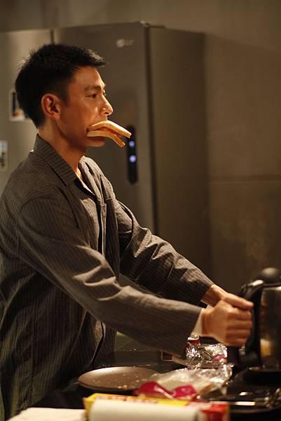 盲探中劉德華飾演的盲眼神探不但自私貪錢又貪吃,片中的華仔吃戲不斷,常常要邊吃邊吐才能拍完 02