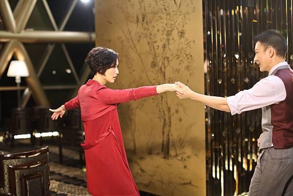 劉德華和鄭秀文戲中的探戈舞步完全由華仔設計,華仔坦承壓力好大,邊跳邊冒汗,但兩人互相信任,默契絕佳!02