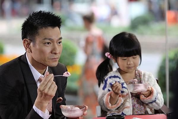 工作人員透露,華仔片場對小女孩照顧有佳,完全是一個慈父模樣