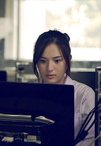 斑斑前往釜山影展登台,被韓國觀眾公認像極了宋慧喬在電影《藍色初戀》(《在世界的中心呼喊愛情》韓國版)裡的模樣