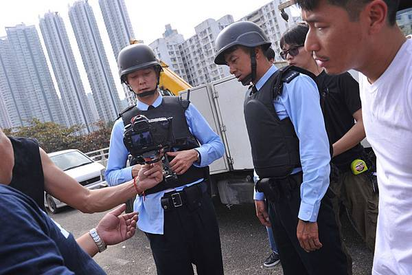 吳彥祖揹上近11公斤設備拍攝魔警痠痛不已,還勞煩懷孕的老婆Lisa. S幫他按摩04