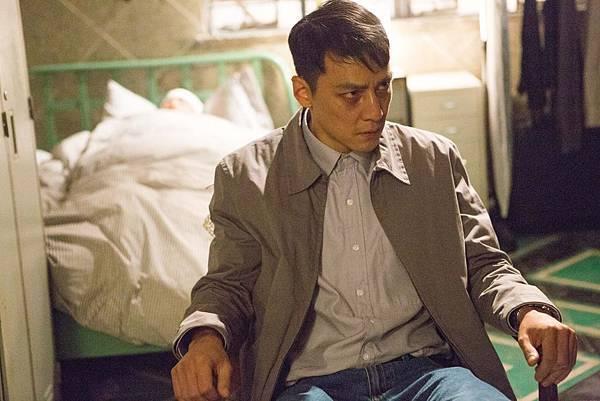 為了演出入魔警察的紅眼,林導演拿煙薰紅吳彥祖雙眼03