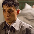 為了演出入魔警察的紅眼,林導演拿煙薰紅吳彥祖雙眼01