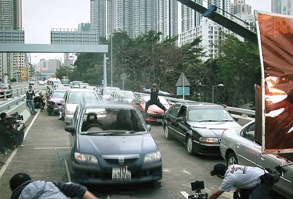 吳彥祖槍戰吊鋼絲肉身飛起撞車(截圖)
