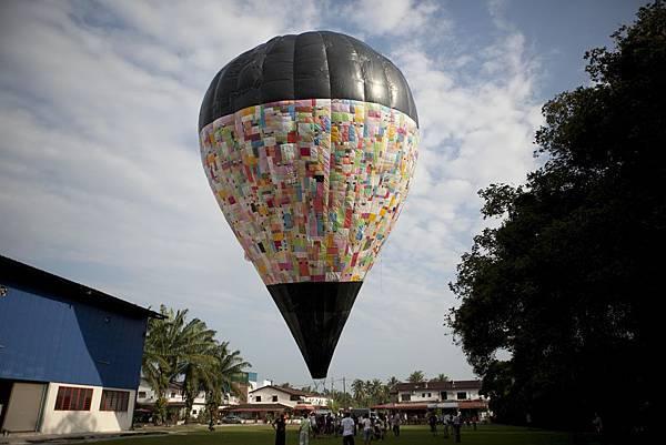 《一路有你》中多位年過六十歲的大叔,為了製作熱氣球,廢寢忘食,有如大馬版的《不老騎士》1.jpg