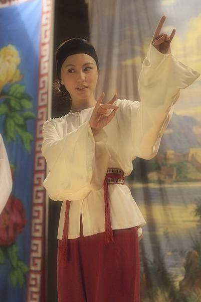 為演出粵劇當家花旦勤練身段和唱功