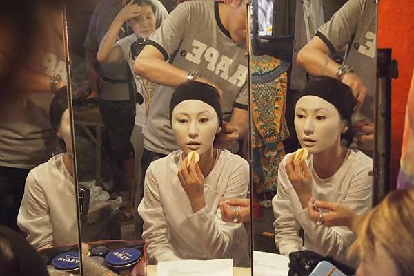 劉心悠塗白臉底妝嚇到自己2