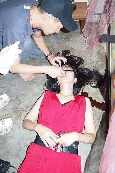 張家輝親自為吳家麗整理髮絲
