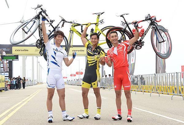 三位男主角一手舉起自己單車秀臂力
