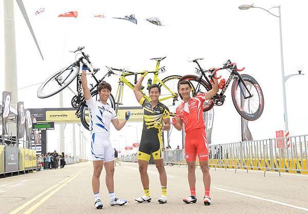 三位男主角一手舉起自己單車秀臂力2