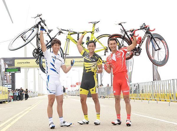 三位男主角一手舉起自己單車秀臂力3