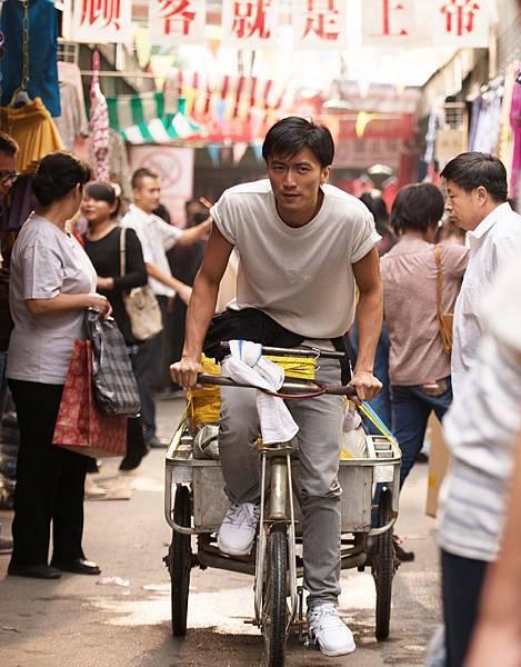 謝霆鋒秀水街騎單車