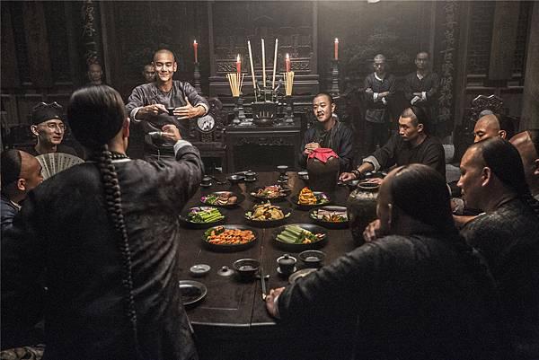 黄飛鴻出現在黑虎幫圆桌宴上