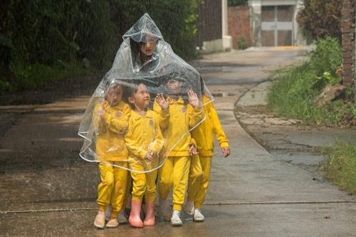 0318下雨天走鄉間小路帶五童上公共廁所1