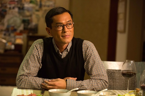 古天樂在《五個小孩的校長》裡扮演愛家好丈夫 1