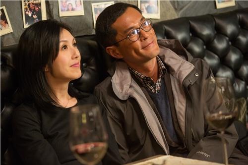古天樂在《五個小孩的校長》裡扮演愛家好丈夫 3