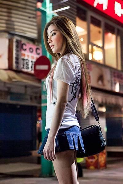 許維恩在片中大方穿上超級迷你裙秀出美腿與臀型 1