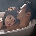 郭采潔和張智霖在《衝上雲霄》洗浪漫鴛鴦浴