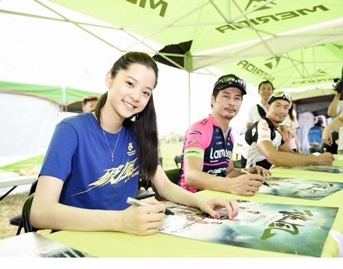 《破風》演員連凱、歐陽娜娜及邱俊儒(邱邱)在彰化經典百K活動現場辦簽名會(1)