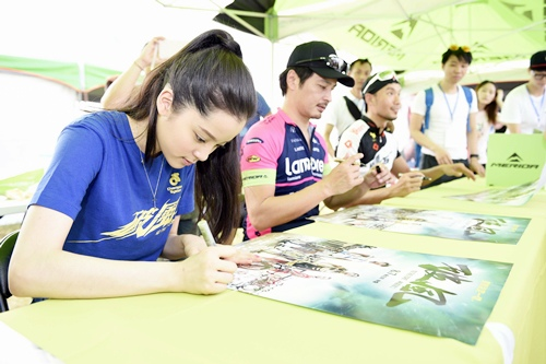 《破風》演員連凱、歐陽娜娜及邱俊儒(邱邱)在彰化經典百K活動現場辦簽名會(2)
