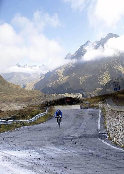 竇驍在義大利阿爾卑斯山上騎車(1)
