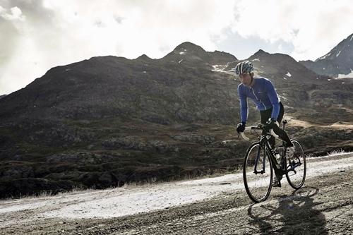 竇驍在義大利阿爾卑斯山上騎車(2)