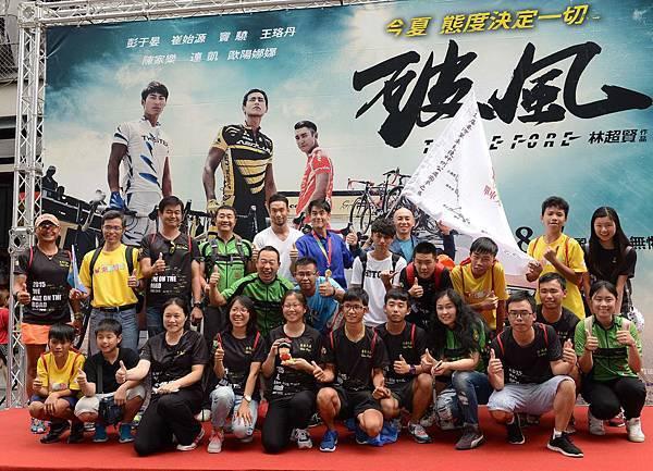 演員彭于晏、邱俊儒和導演林超賢 和單車天使車隊合照