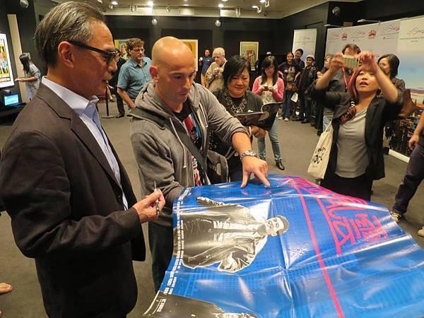 《迷城》導演林嶺東在紐約亞洲電影節為影迷們簽名(2).jpg