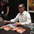 《迷城》導演林嶺東在紐約亞洲電影節為影迷們簽名(1).jpg