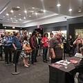 近百位影迷在紐約亞洲電影節排隊等候林嶺東導演簽名.jpg